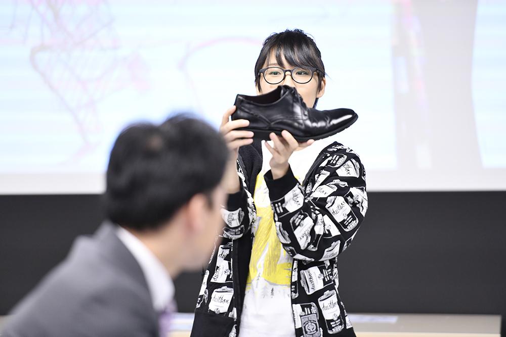 スーツドローイング会 革靴の説明
